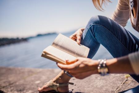 3 knihy, které na dovolené nesmí chybět