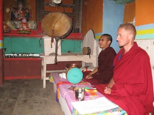 Večerní rituál čodu v bonistickém chrámu – vesnice Naradzong