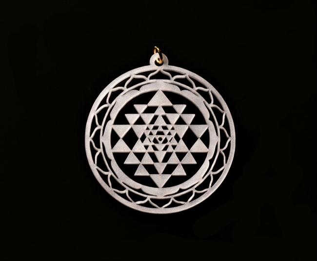 Šperk ve tvaru yantry