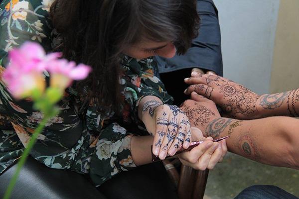 Tamara se věnuje malování hennou