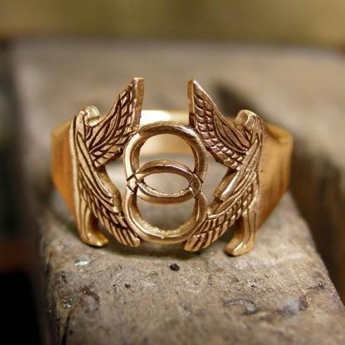 Prsten se symbolem Vesica Piscis. Foto: www.ka-gold-jewelry.com
